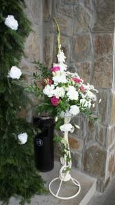 Stojaki z kwiatami przed wejściem do budynku